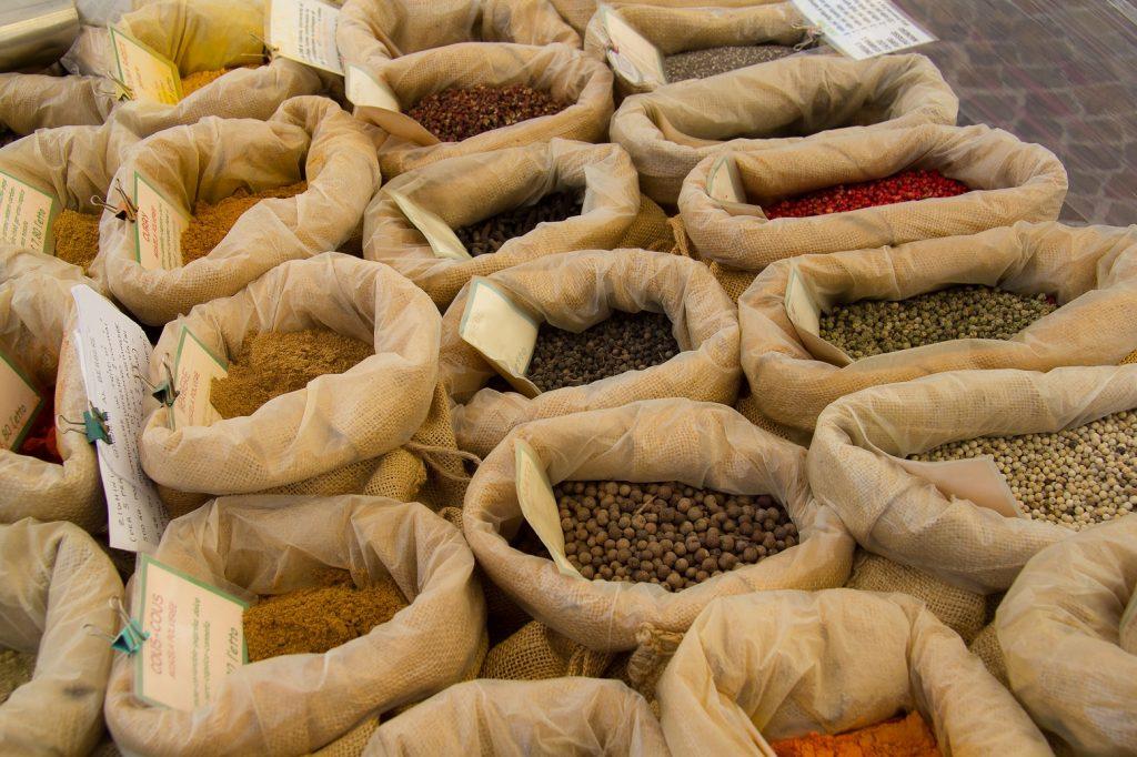 Kruiden en zaden op een markt in Salò.